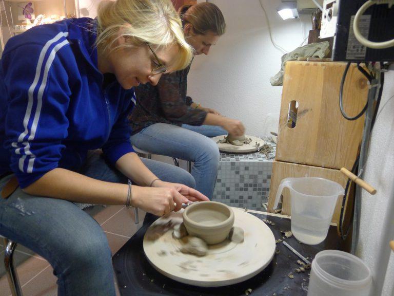 Anna und Corinna beim Abdrehen der Teile (Kurs Ende 2014)