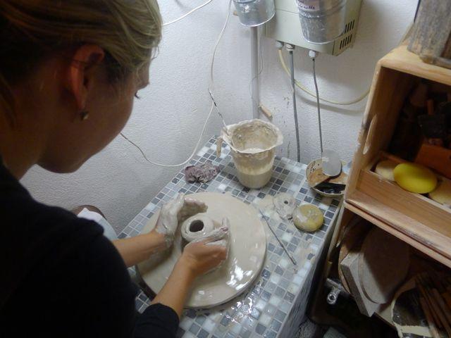 Anke dreht eine kleine Vase (Kurs Ende 2014)