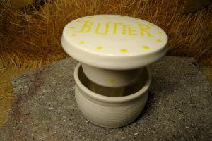 Hier eine weitere Ansicht der kleinen Butterdose aus Porzellan. Das Oberteil mit der Butter, wird in das mit Wasser gefüllte Unterteil gesetzt. Galerie-Nr: P1050031-33 nicht mehr verfügbar