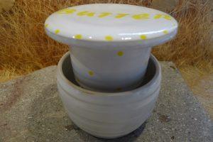 Hier eine weitere Ansicht der großen Butterdose in weiß. Das Oberteil mit der Butter, wird in das mit Wasser gefüllte Unterteil gesetzt. Galerie-Nr: P10500383940